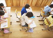 教室でテスト中のイメージ